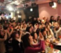男子禁制の会場に詰めかけた100人を超える女性たちから黄色い声が