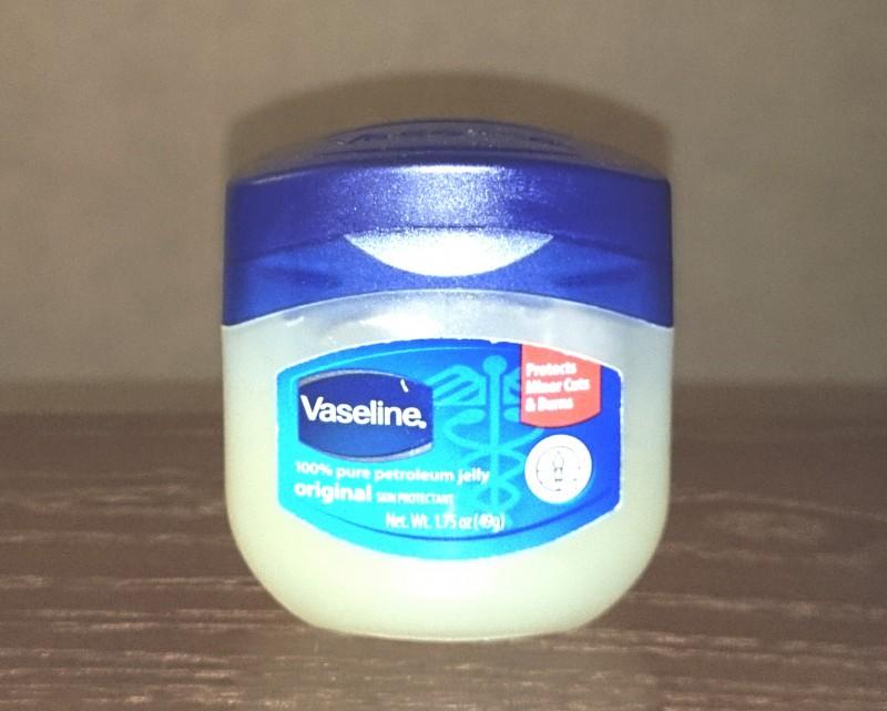 乾燥した皮膚にワセリンを塗るとお肌がしっとりするぞ あと傷口に塗ると完治が早くなる