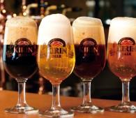 グラスに3度注ぎされたビール