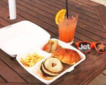 ジェットスター海の家 オリジナルの食事とカクテルドリンク