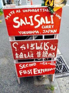 サリサリカリー お店の前にある看板(2)