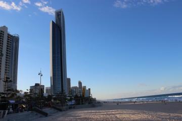 ビーチのすぐそばに高層ビルがそびる、ゴールドコーストの特徴的な街並み