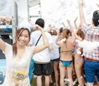 泡スライダーにバズーカ泡マシーン!「泡フェス2014」で女性記者も濡れまくってみた