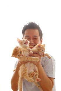 子猫3匹と保護者の記念撮影