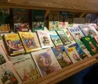 各国の言葉に訳された書籍。このショップでは、絵葉書にハイジのスタンプを押してもらい投函できます