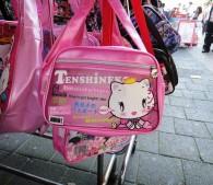 アントワープの商店街には謎の日本風キャラのカバンが売られていました