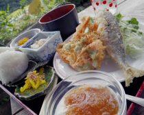米やオリーブなど、地元食材の定食