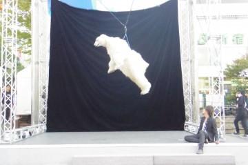宙に浮く白クマ(1)
