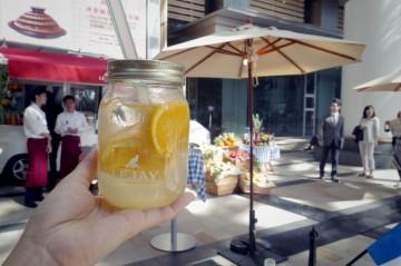 ジャー(ジャムやピクルスなどを保存するガラス瓶)で提供されるカクテル(1)