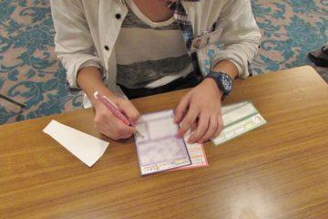 ゲイの恋活イベント:プロフィールを用紙に記入する参加者