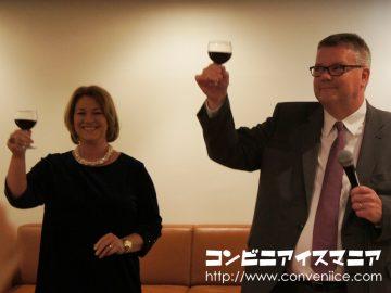 駐日アイスランド大使のハンネス・へイミソン氏(右)と、大使夫人(左)