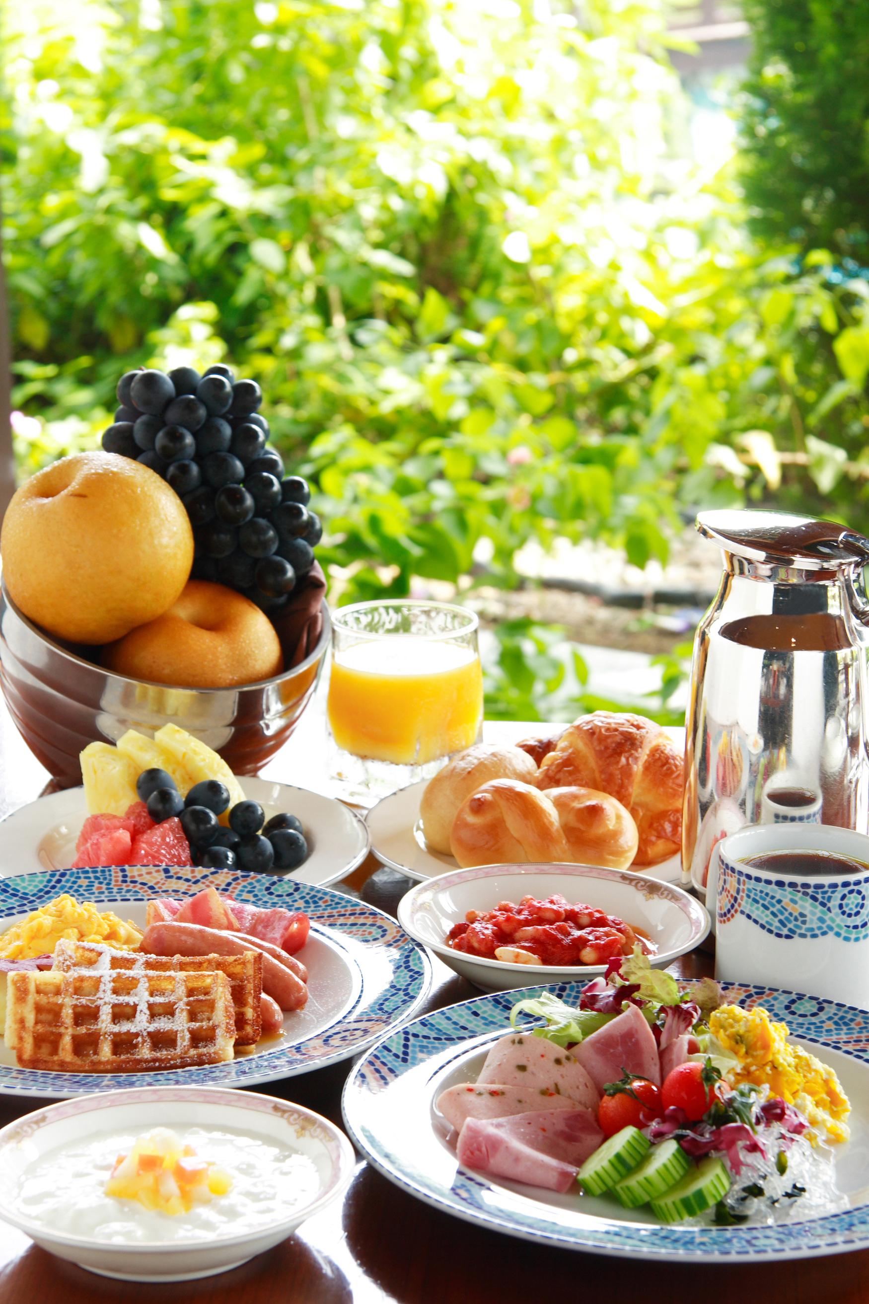 ホテルでの優雅な朝食ブッフェ