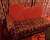 キティのリボンモチーフのソファ