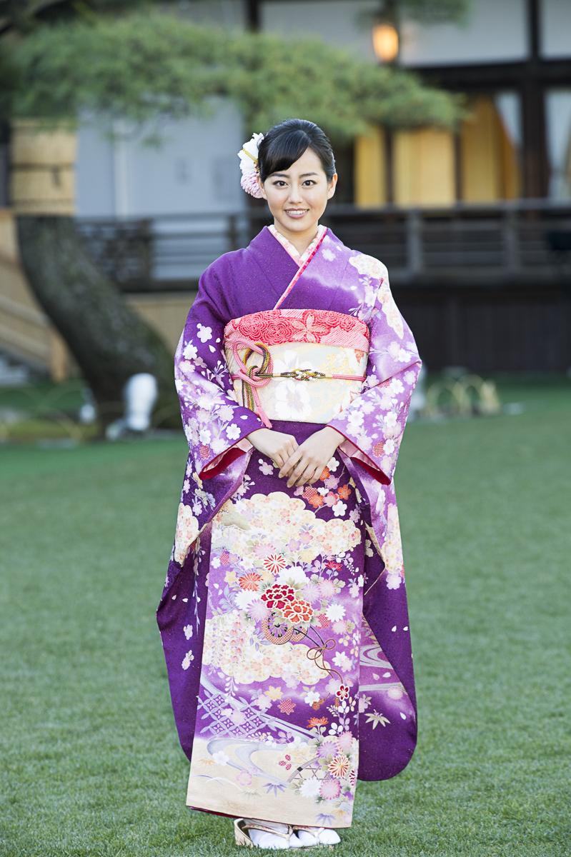 紫の着物を着こなす宮崎香蓮。