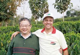 長谷川勝彦社長と生産者のひとり、リカルド・アギアールさん