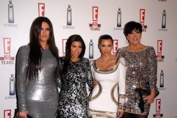 左からクロエ、コートニー、キムのカーダシアン姉妹と母のクリス