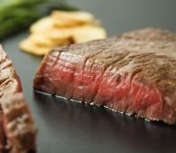 """肉汁ジュバァッ!スーパーの安い牛肉が""""極上ステーキ""""になる「焼き方」"""