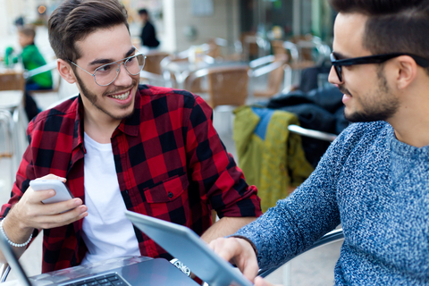 「男同士で子どもをつくる」研究に対し、ゲイの間でも賛否両論