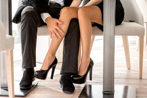 "OLがデスクの下でしていることは…恥ずかしい""脚""事情   女子SPA!"