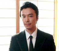 長谷川博己が『ラブ&ピース』でロックスターを熱演