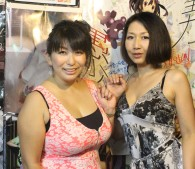 イベントを主催した熟女AV女優、折原ゆかりさん(左)と伊織涼子さん(右)