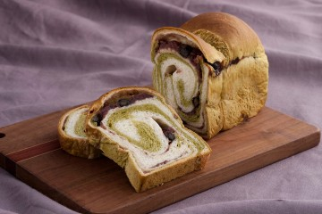 「トミーズ」の宇治金時のようなあん入り食パン
