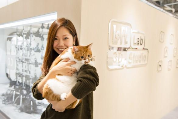 愛猫の「むぎ」と記者