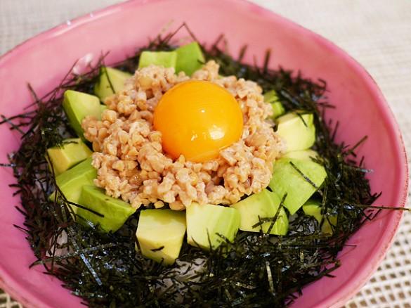 アボカド納豆丼(納豆1パック、アボカド1/2個、卵黄1個、海苔1/2枚:214μg)