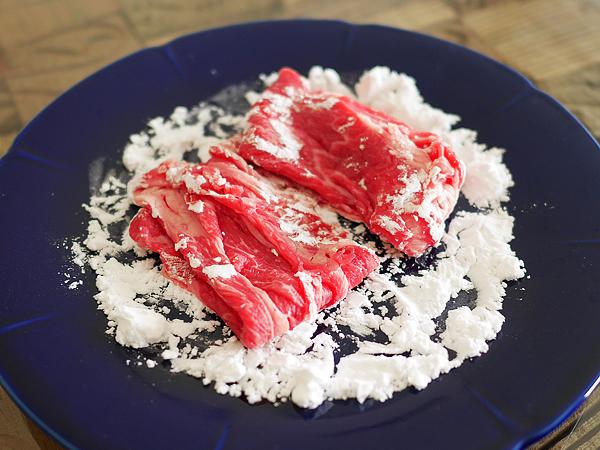 コツ(1)片栗粉をうすく広げ、スライス肉を軽くポンポンと置く