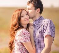 女性にキスする男性