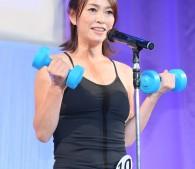輝く美魔女賞田中悦子さん(49歳)両手にダンベル