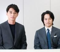 東出昌大さん(左)と松山ケンイチさん