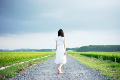 田舎道に女性