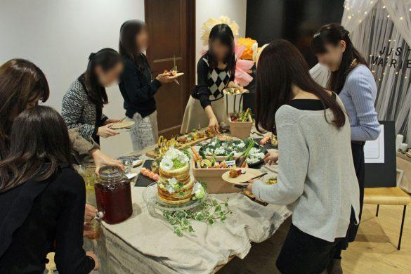 用意されたキュートなテーブルセッティングや料理に夢中のプレ花嫁たち