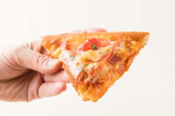ハートピザを手に