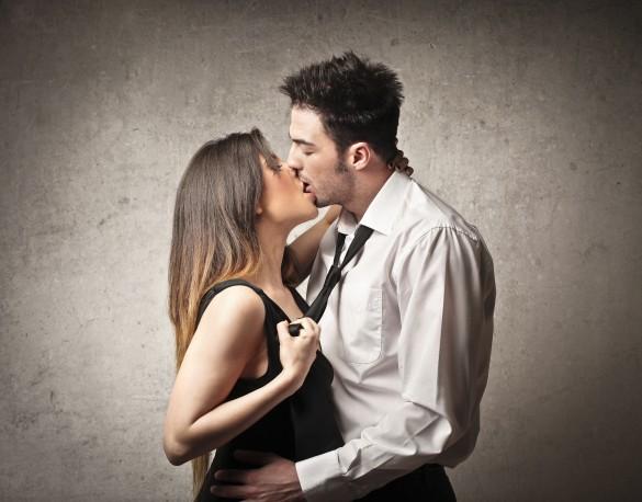 激しくキス