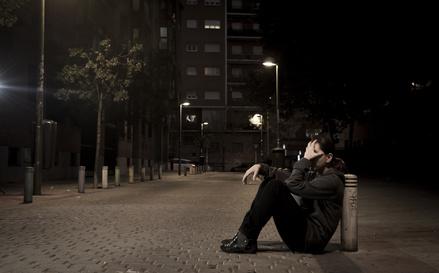 道で号泣する女性