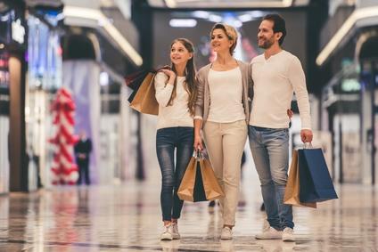 夫婦と子供でショッピング