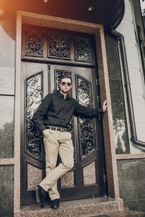 扉の前の男性