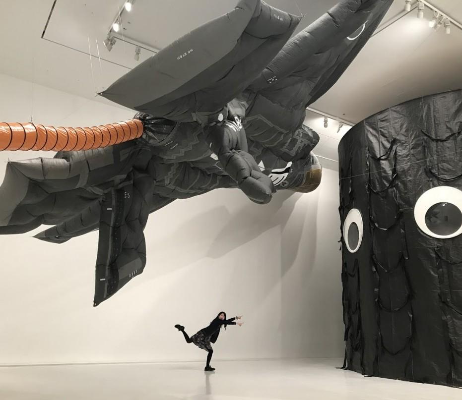 岡本光博×青秀祐展示室「トモダチ大作戦」の中でポーズをとる筆者