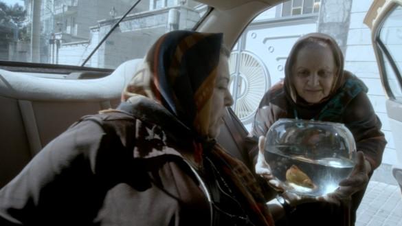 おばあちゃんだってスカーフでオシャレしてます! さすがに親は呼び出されないだろうけど…/『人生タクシー』より