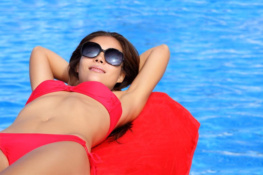 紫外線のダメージも受けやすいので、水着やホットパンツで日焼けした跡も、黒ずみの原因に