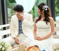 結婚式で涙する新郎