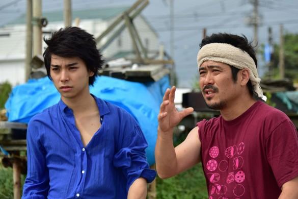 撮影中の村上さん(左)と熊切監督