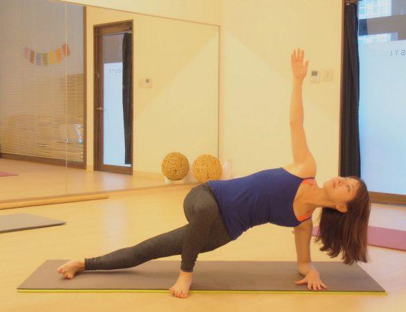 右ひざを曲げて左足の前に足をつき、三点で体を支える