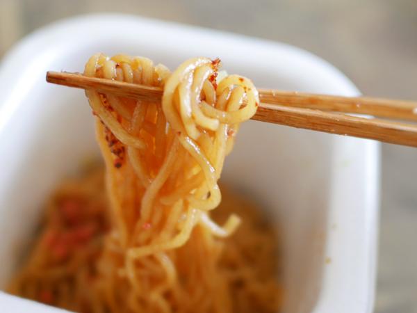 『エースコック モッチッチ』麺リフト