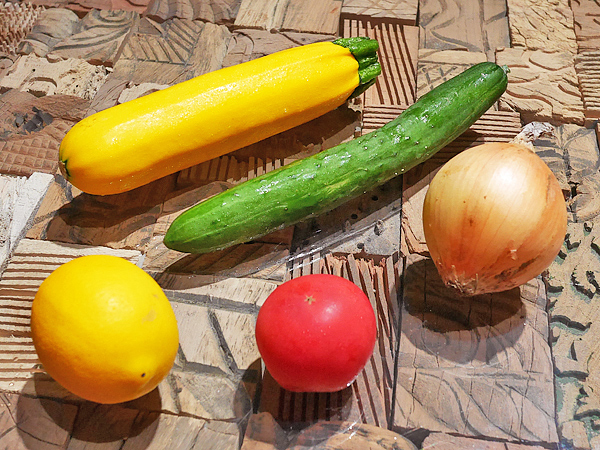 ズッキーニ、レモン、トマト、玉ねぎ、きゅうり