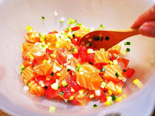 サーモン、刻んだ野菜、調味料