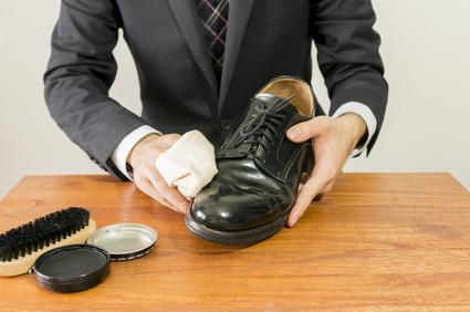 紳士靴を手入れする男性