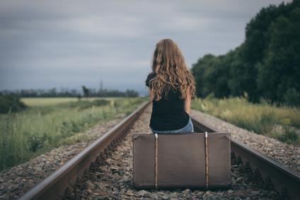 スーツケースと女性